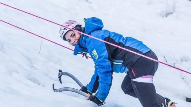 Initiation à la cascade de glace, à Pelvoux, avec le Bureau des Guides des Écrins