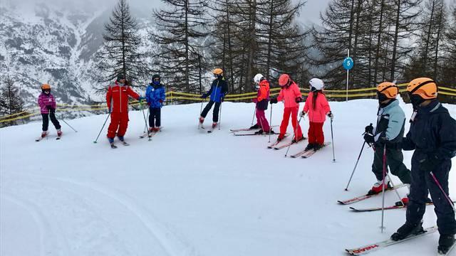 Les classes de neige de Pelvoux-Vallouise en cours de ski avec l'ESF