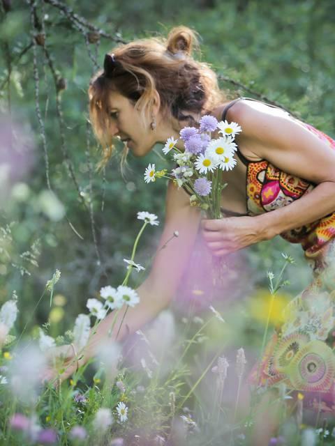 Rencontre avec Laetitia Giroux, cueilleuse de plantes aromatiques et médicinales